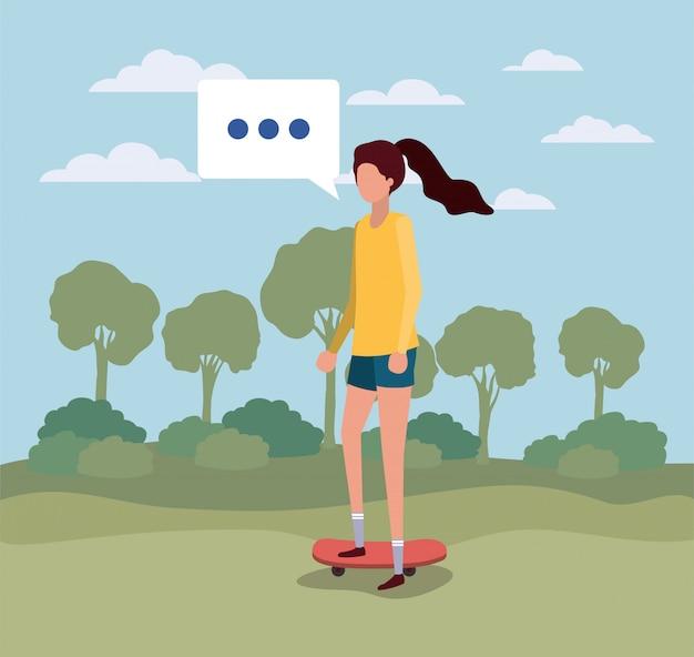 Giovane donna con nuvoletta sul campo