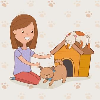 Giovane donna con simpatici gatti mascotte