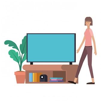 Giovane donna e personaggio avatar tv