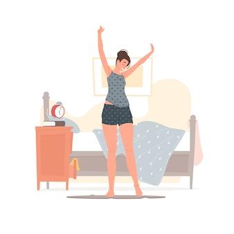 Giovane donna felice che sveglia nella mattina