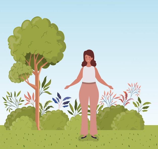 Giovane donna grassa in piedi nel campo