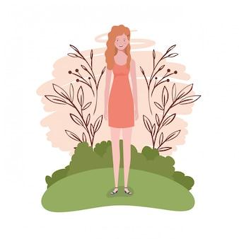 Giovane donna in piedi con il paesaggio