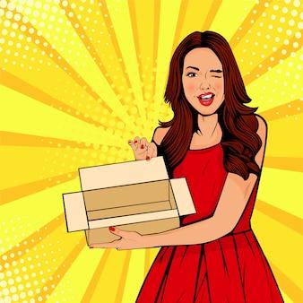 Giovane donna sorpresa pop art holding scatola vuota