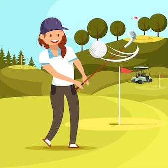 Giovane donna sorridente che gioca golf sul corso verde