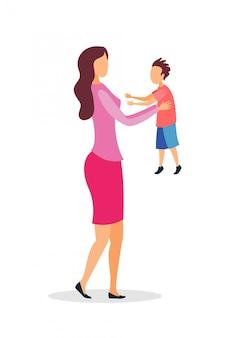Giovane madre che tiene bambino piatto