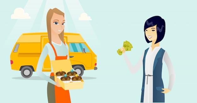 Giovane panettiere bianco caucasico che vende torte.
