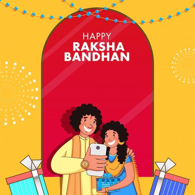 Giovane ragazzo allegro che prende selfie con sua sorella da smartphone e scatole regalo in occasione di raksha bandhan.