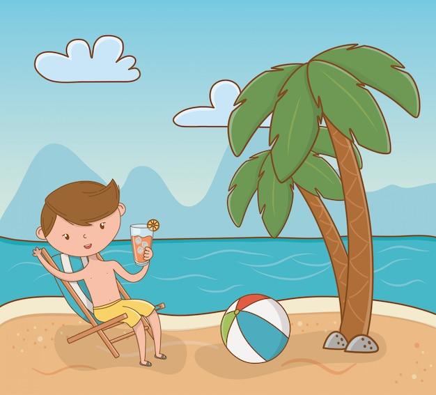 Giovane ragazzo sulla scena della spiaggia