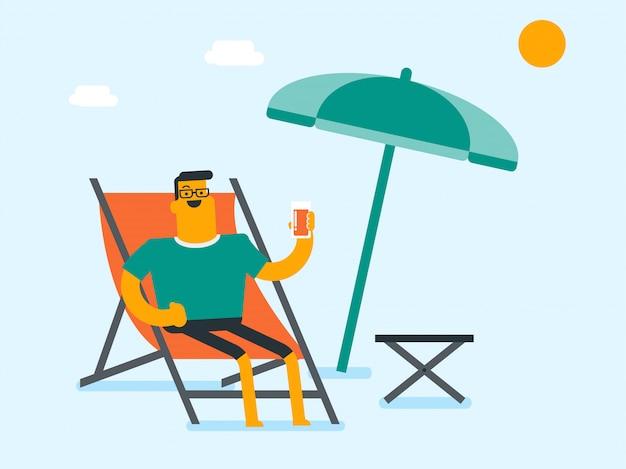 Giovane uomo caucasico che si distende sulla sedia di spiaggia.