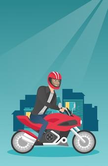 Giovane uomo caucasico in sella a una moto di notte.