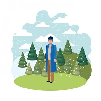 Giovane uomo con abiti invernali e pino invernale