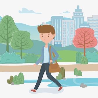 Giovane uomo d'affari che cammina nel parco