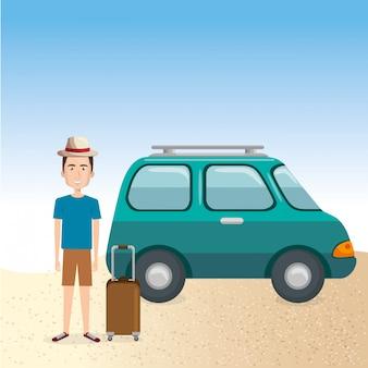 Giovane uomo in spiaggia con la valigia e la macchina
