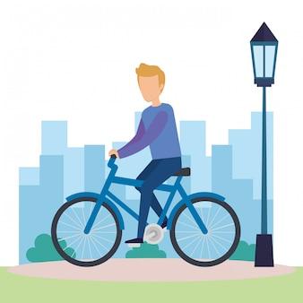 Giovane uomo sul personaggio di biciclette