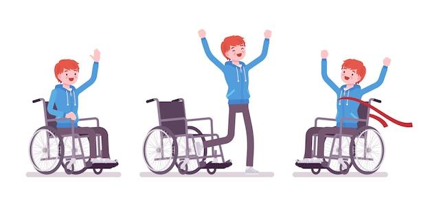 Giovane utente su sedia a rotelle maschio nelle emozioni positive