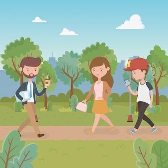 Giovani che camminano nei personaggi del parco