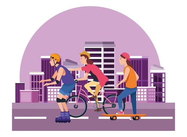 Giovani con tavola da surf, pattini e biciclette