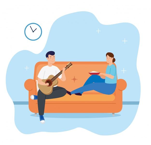 Giovani coppie che giocano la chitarra e che mangiano