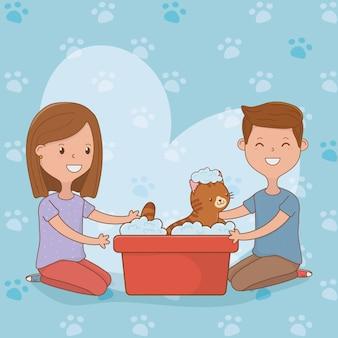 Giovani coppie con la mascotte sveglia del gatto