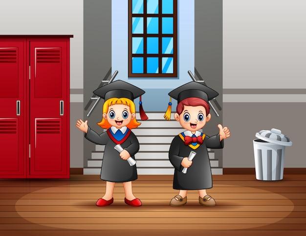 Giovani coppie laureate felici che tengono i certificati