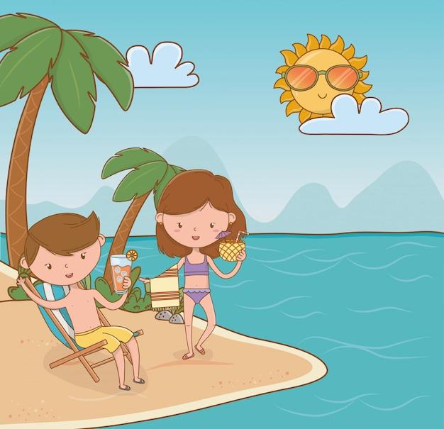 Giovani coppie sulla scena della spiaggia