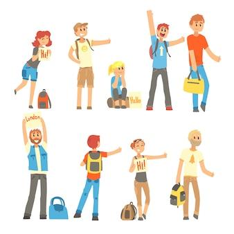 Giovani in piedi con un cartello autostop e alzato il pollice verso l'alto, viaggiando con le illustrazioni dei cartoni animati di autostop
