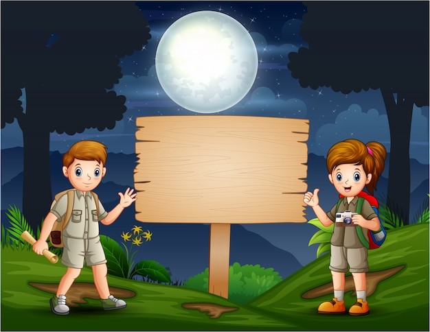 Giovani scout che fanno un'escursione nella foresta di notte