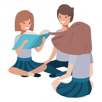 Giovani studenti seduti a leggere il libro