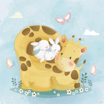 Giraffa sveglia che circonda i coniglietti
