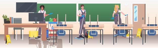 Gli addetti alle pulizie professionali mescolano la pulizia e la disinfezione del pavimento della squadra dei bidelli delle corse per prevenire il coronavirus