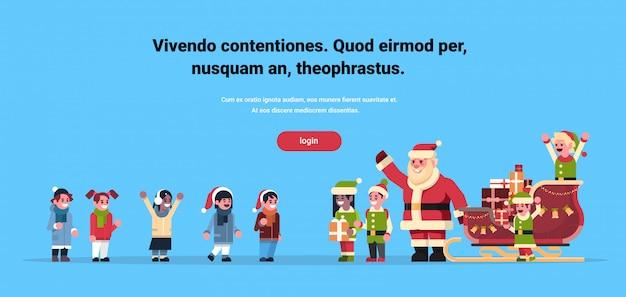Gli elfi di babbo natale regalano confezione regalo bambini gruppo vacanze di natale capodanno