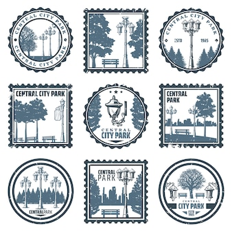 Gli emblemi d'annata del parco della città centrale hanno messo con le vecchie panche degli alberi delle lanterne della via delle iscrizioni