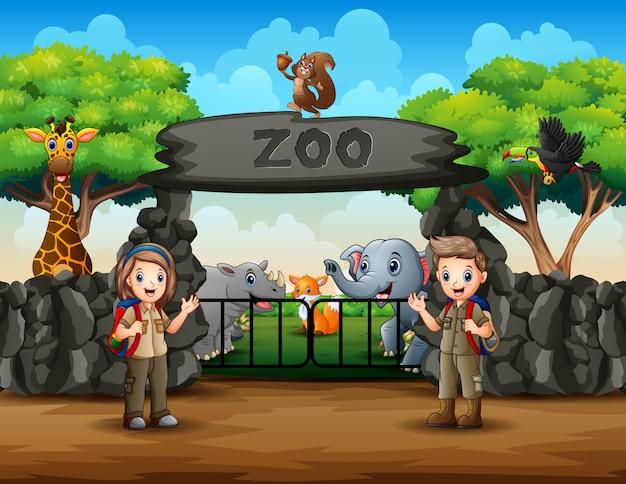 Gli esploratori e gli animali selvatici all'illustrazione dell'entrata dello zoo