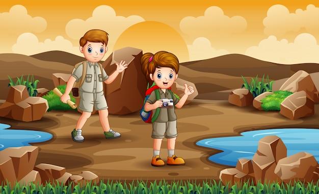 Gli esploratori stanno esplorando nel campo del deserto