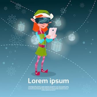 Gli occhiali digitali santa helper green elf girl wear usano lo smart phone