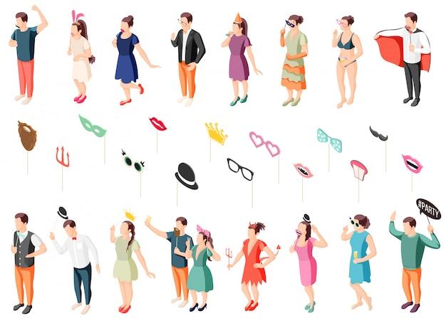 Gli ospiti della festa della cabina fotografica in costumi che tengono la raccolta di icone isometriche di oggetti di scena con maschere per gli occhi cappelli labbra
