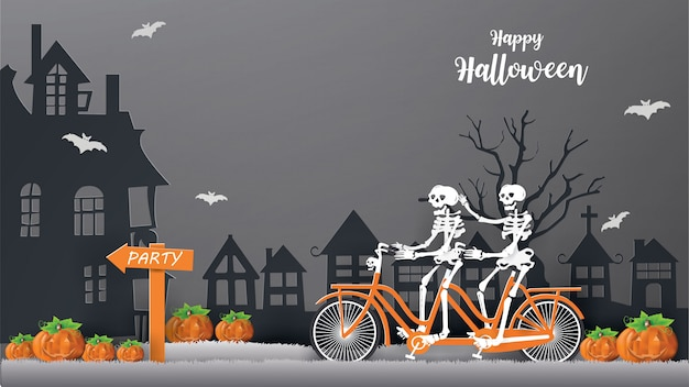 Gli scheletri che guidano la bicicletta sull'erba grigia vanno alla festa la notte concetto felice di halloween.