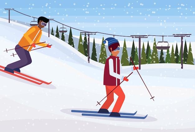 Gli sciatori scivolano giù per la montagna