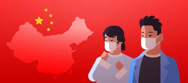 Gli uomini che indossano maschere di protezione per prevenire il concetto di virus dell'epidemia wuhan coronavirus pandemia rischio sanitario medico bandiera cinese ritratto orizzontale