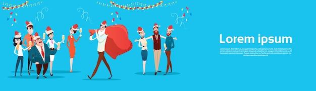 Gli uomini d'affari festeggiano il buon natale
