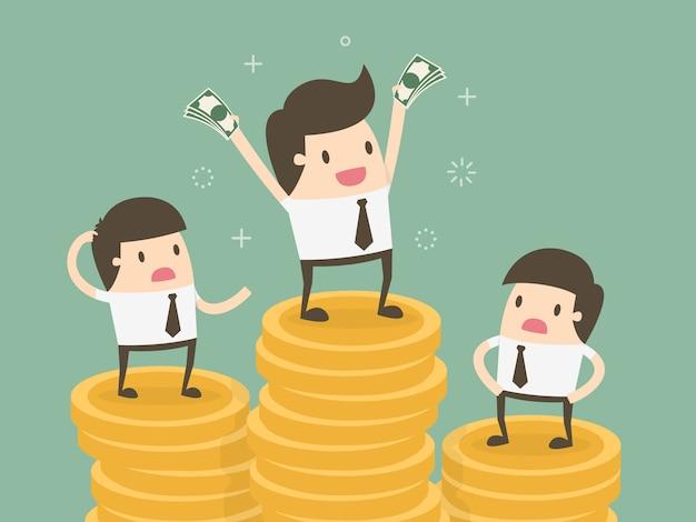 Gli uomini d'affari oltre mucchi di monete