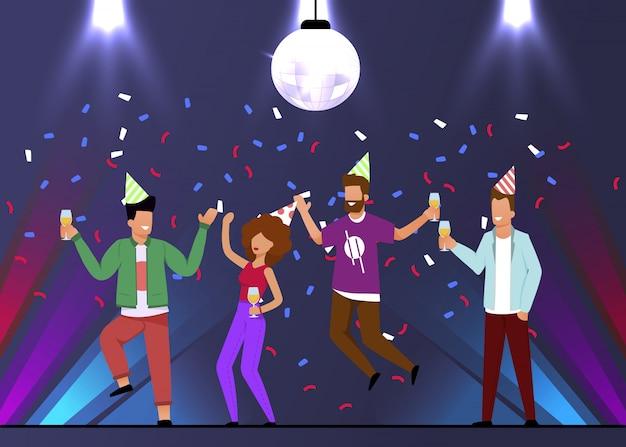 Gli uomini e la donna felici celebrano la festa nel night-club