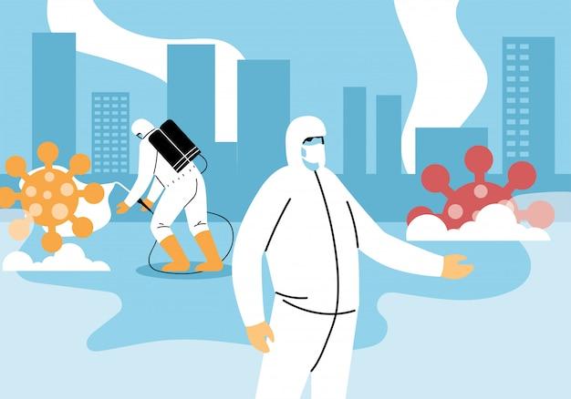 Gli uomini indossano una tuta protettiva, puliscono e disinfettano la città con il coronavirus o la covide 19