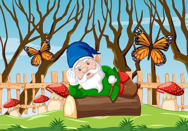 Gnome che si riposa sul legname sul fondo del giardino