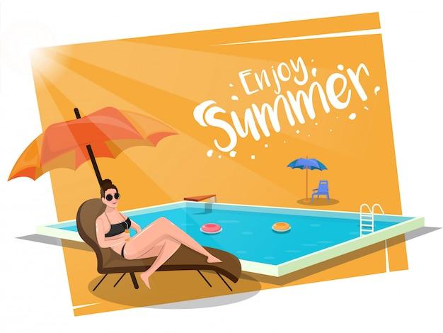 Godetevi il concetto di estate con una bella ragazza rilassante sulla spiaggia