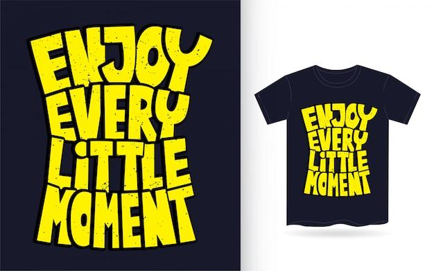 Goditi ogni piccolo momento disegnato a mano tipografia per maglietta