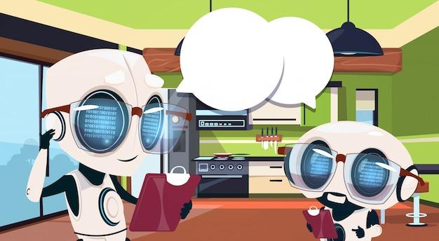 Governanti dei robot che utilizzano la sala da cucina per la pulizia del sistema smart home