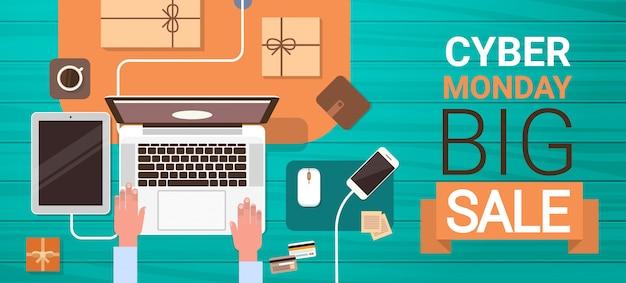 Grande insegna di vendita di lunedì cyber con le mani che scrivono sul computer portatile, vista di angolo dell'insegna di acquisto online