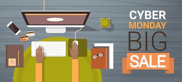 Grande insegna di vendita di lunedì cyber con le mani che scrivono sulla tastiera di computer, vista di angolo dell'insegna di acquisto online