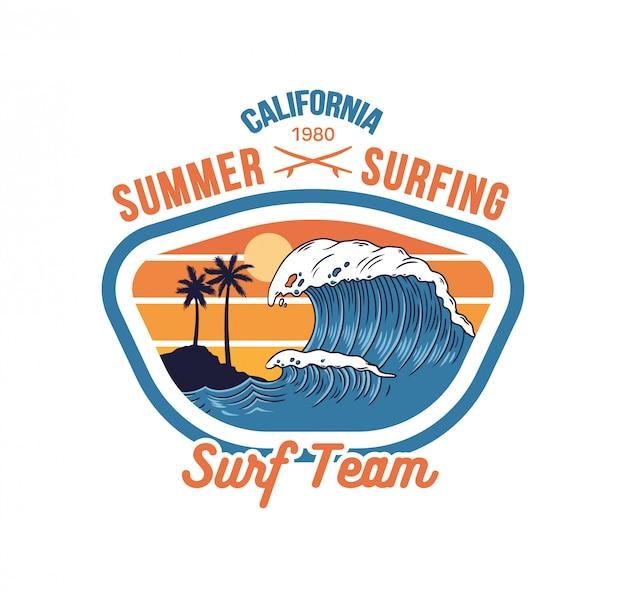 Grande onda oceanica sulla spiaggia paradisiaca della california, luogo per cavalcare surf con palme e sole caldo